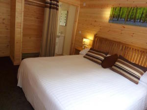 Trevano Lodge bedroom, Coobe Mill. Copyright Ting Dalton