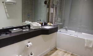 Holiday Inn Brighton Seafront bathroom. Copyright Gretta Schifano